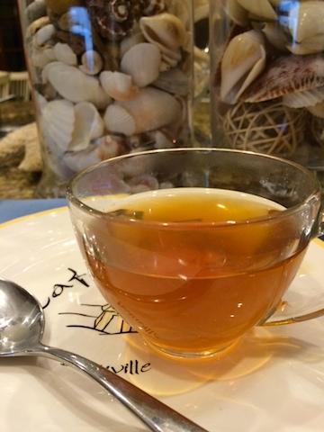 Tách trà táo đỏ nóng trên bàn